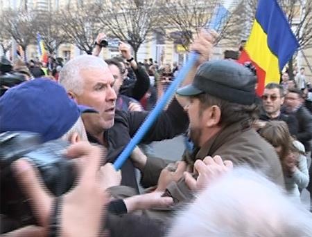 "Marsul Unirii, cu incidente! ""Patriotii Moldovei"" s-au luat la harta cu manifestantii"