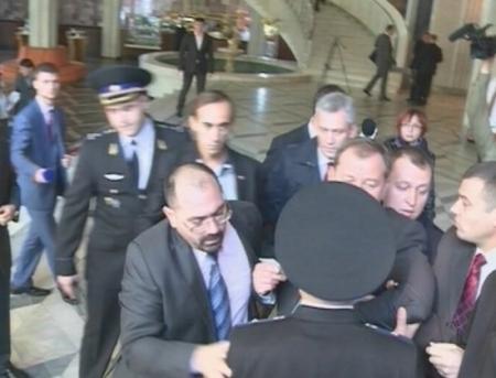VIDEO. Bataie in Parlament! Selin nu a fost lasat sa intre la sedinta. Comunistii, in ajutor