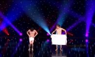 Spectacol inedit: Doi barbati au dansat goi, pe scena, acoperiti doar de prosoape - VIDEO