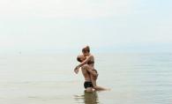 Sarut pasional pe o plaja din Grecia! Ce cuplu de la noi apare in ipostaze romantice - FOTO