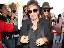 Ar putea sa-i fie tata! Cu ce bruneta voluptoasa se iubeste celebrul actor Al Pacino - FOTO