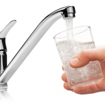 4 mituri despre apa pe care o bei, demontate de experti