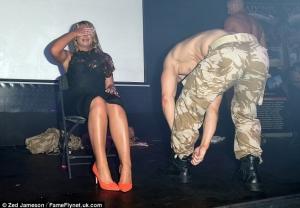 Fosta iubita a unui fotbalist a incins atmosfera intr-un club de striptease. Cum si-a facut de cap - FOTO