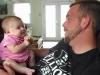 Te topesti cand o auzi: o fetita de doar doua luni ii spune tatalui sau: