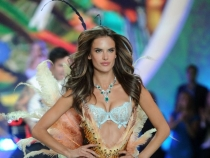 Asa arata cand paseste pe celebrul podium Victoria's Secret. Adevarul despre corpul Alessandrei Ambrosio, la plaja, fara modificari