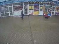 JAFUL de la Balti, filmat de CAMERELE DE SUPRAVEGHERE. Momentul in care individul ameninta cu un pistol. VIDEO