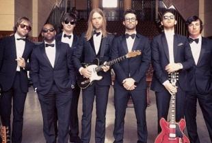 Celebra trupa Maroon 5 canta la NUNTI! Vezi cum arata miresele satisfacute - VIDEO