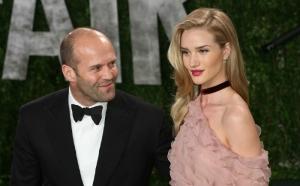 Iubita lui Jason Statham isi face de cap chiar in fata lui. In ce ipostaze indecente a fost surprinsa - FOTO