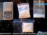 Doi tineri din capitala, RETINUTI in flagrant in timp ce vindeau droguri. Ce risca - VIDEO