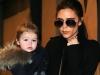 Te topesti cand ii vezi! Harper Beckham, adorabila in bratele fratelui ei mai mare - FOTO