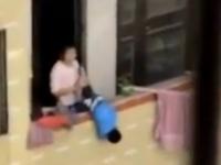 Pedeapsa ingrozitoare pe care o mama i-o aplica fiului ei. Vecinii au filmat-o cum il loveste brutal si il atarna pe balcon. VIDEO