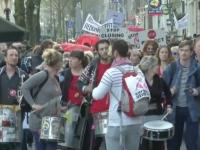 Protestul prostituatelor din faimosul Cartier Rosu. Acestea cer sa nu se inchida vitrinele