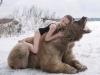 Doua modele au pozat seducator in salbaticie! In frig si sub ghearele unui urs gigantic - FOTO