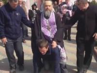 """Imagini iesite din comun: Un barbat a fost calarit si calcat in picioare de un preot, la propriu! Cum are loc un """"ritual de exorcizare"""" in Transnistria - VIDEO"""