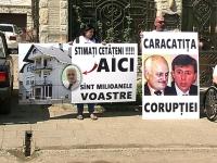 """Protest la casa secretarului general al CMC: Activistul Andrei Donica a blocat iesirea lui Valeriu Didenco cu masina din garaj. Acesta e acuzat si de Marcel Darie: """"Si-a facut un palat de milioane"""" - VIDEO"""