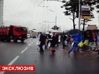 Ca prin urechile acului! 10 oameni au scapat cu viata dupa ce un Kamaz a intrat in ei pe o strada din Moscova - VIDEO