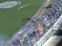 Accident ingrozitor la finalul unei curse Nascar din SUA. Momentul in care un pilot s-a lovit de o masina, a zburat in gard si a fost lovita de o alta masina: 5 fani, la spital - VIDEO