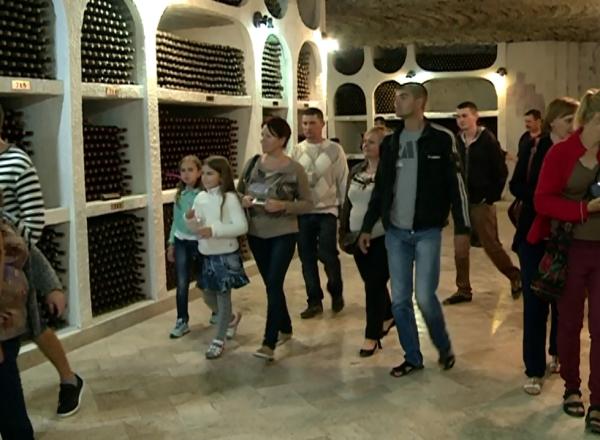Excursii in orasul subteran si degustari de vin: Sute de oameni au stat la coada ca sa intre in Beciurile de la Cricova, unde pentru o noapte intrarea a fost gratuita - VIDEO