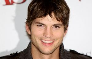 Ashton Kutcher, intr-o ipostaza jenanta. Ce au observat toti pe pantalonii lui, cand a coborat din avion