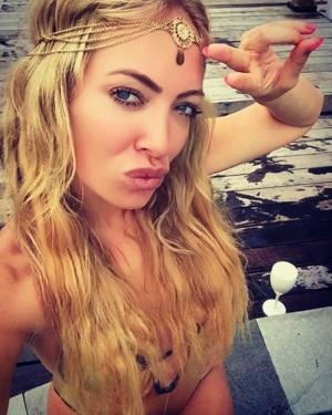 Si-a luat bikini minusculi si s-a pozat pentru fanii de pe Instagram! E o blonda superba- FOTO