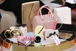 Nu stii ce cadou sa pui anul acesta celor dragi sub brad? Magazinul Luxury Plaza iti vine in ajutor - VIDEO