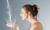 Apa minerala pentru ten! Afla de ce este bina sa te speli pe fata cu apa minerala!