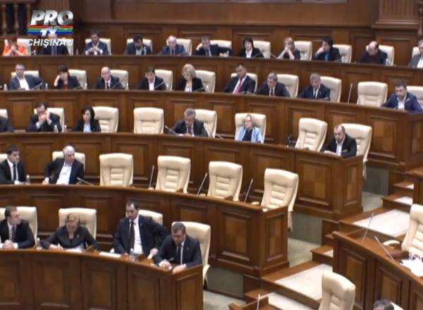 Noul Guvern, votat intr-o sedinta fulger: Filip nu a apucat decat sa-si prezinte o parte din programul de guvernare si lista ministrilor. Socialistii au blocat tribuna, facand zgomot cu vuvuzele - VIDEO