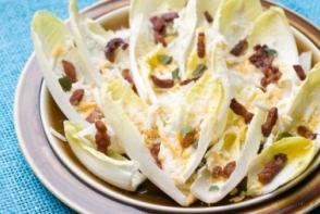 Salata cu ou, cicoare si bacon
