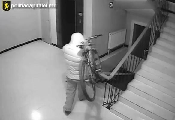 Se cauta doi hoti de biciclete. Cum au fost surprinsi de camerele de supraveghere instalate intr-un bloc din capitala - VIDEO