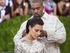 Kim Kardashian a purtat cea mai sexy rochie la Met Gala, insa toti s-au uitat la fata lui Kanye West. Iata ce a atras atentia tuturor - FOTO