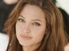 Angelina Jolie a renuntat la confort si a plecat pe ploaie, vant in Siria.
