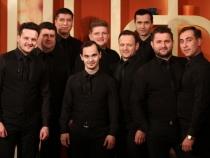 Membrii trupei Bravissimo au invitat personal oamenii la concert. Vezi ce metoda originala de a o face au ales barbatii - VIDEO