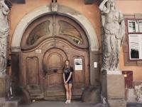 """Nu se desparte nici pentru o clipa de aparatul de fotografiat. O moldoveanca, care studiaza la Iasi, si-a dezvoltat o pasiune din a poza """"usi magice"""" - VIDEO"""