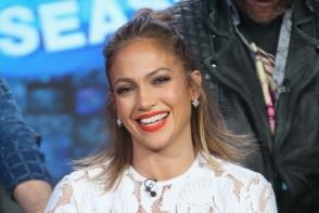 Jennifer Lopez, cu un slit pana la talie! Ce se intampla cu tinuta ei atunci cand paseste - FOTO