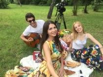 Cine a zis ca in trei te poti plictisi? Echipa Acasa in Moldova, impreuna cu Eugenia Sirbu, te invita la cel mai gustos si funny picnic - VIDEO