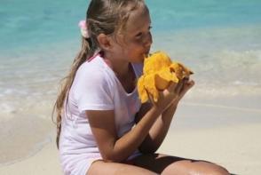 O fetita a mancat mango in timp ce statea la soare. Vezi ce i s-a intamplat pe urma - FOTO