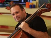 A iesit din zona sa de confort si a cantat pe o banca din centrul Capitalei. Afla cum i-a uimit pe moldoveni, violoncelistul Denis Riscovoi - VIDEO