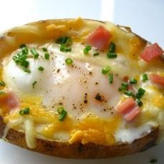 Cartofi umpluti cu oua. Un deliciu usor de preparat