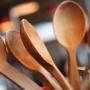 Cum sa indepartezi mirosul neplacut al lingurilor de lemn