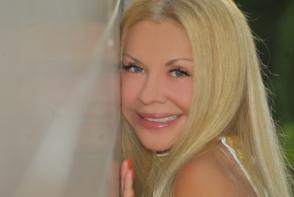 Ludmila Balan, intr-o tinuta cu imprimeuri florale! Cum a pozat mama lui Dan Balan - FOTO
