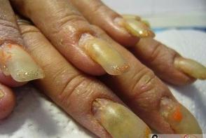 Gelul nu este rezistent pe unghia ta? Iata ce nu trebuie sa mai faci daca ai unghiile false