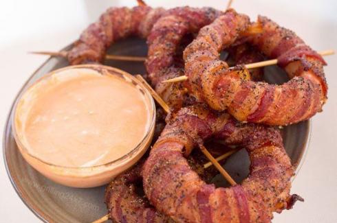 Inele de ceapa invelite in bacon! Un deliciu pe care trebuie sa-l incerci