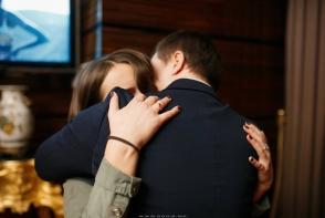 O tanara din Moldova si-a organizat propria cerere in casatorie fara macar sa banuiasca acest lucru. Emotiile au coplesit-o - FOTO