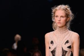 Cele mai interesante coafuri si machiaje de la Paris Fashion Week - FOTO