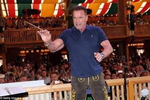 El este fiul nelegitim al lui Arnold Schwarzenegger! Cat de mult seamana cu celebrul actor