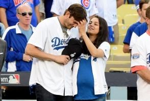 Mila Kunis si Ashton Kutcher, in ipostaze tandre unul fata de altul. Iata cum au fost surpinsi cei doi - FOTO