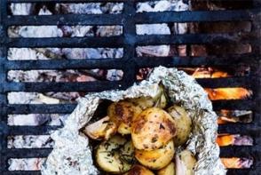 Cartofi copti pe foc de lemne