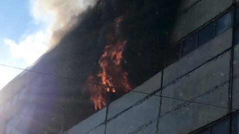 Incendiu de proporții la un depozit din Capitală; Cinci persoane au fost transportate la spital
