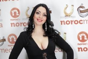 Iti place sau nu prea? Mariana Sura, intr-o rochie lunga cu decolteu, la cumetria organizata de Corina si Costi Burlacu - FOTO