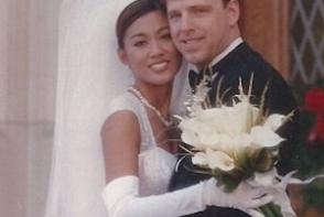 Un chirurg plastician, timp de 14 ani ii schimba infatisarea sotiei dupa bunul plac. Iata cum a ajuns sa arate - FOTO